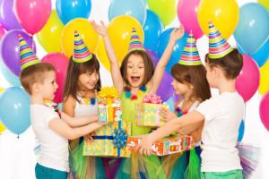 Es triste cuando escuchamos a algunos padres diciendo que no tienen dinero para celebrar el cumpleaños de sus hijos; y es más triste aun cuando los vemos que si tienen dinero para ir a un bar, para comprar nuevos muebles o adornos en las casas, etc., lo que no viene a agregar ningún valor en el desarrollo de la Autoestima de los hijos al no tener su fiesta de cumpleaños, porque por ejemplo, los padres decidieron comprar cosas que no eran tan necesarias en ese momento. El asunto aquí no se trata de dinero, sino más bien de hacer feliz a tus hijos, a tus tesoros. Por eso es recomendable ahorrar. A muchas personas les ha ido muy bien cuando abren una cuenta de ahorros para celebrar esos días especiales del cumpleaños de sus seres queridos. No se trata de ofrecer lujos, se trata de promover la oportunidad para hacer sentir bien al cumpleañero y a los que lo rodean. Ahorrar significa tomar también decisiones en que se está gastando de más, en qué cosas se pueden dejar de comprar, que luego, lo que sucede muchas veces es que están metidas en un armario, etc. Ahorrar para fomentar el amor y las relaciones es más importante que todo lo material. Por ello es necesario que consultes con expertos en la materia, personas y negocios que te ayudarán a ahorrar para tener una fiesta de cumpleaños de acuerdo a tus posibilidades y hacer feliz a tus hijos al momento de celebrarles un año más de vida y dar gracias por ello. Jeannine Palacios Psicóloga y Coach certificada