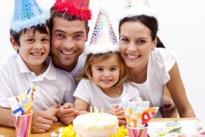 """Para la gran mayoría de los padres, sus hijos e hijas son el mayor tesoro. Una madre siempre recordará el nacimiento de sus hijos, ese momento tan especial de dar a luz a un ser maravilloso. En los primeros meses de vida es una locura, pues nadie nació aprendiendo cómo ser padre o madre; la casa está revuelta, pero feliz. Luego los padres experimentan la emoción de las primeras palabras de sus hijos: """"papá"""", """"mamá"""", pues es lógico, cómo se sienten muy felices y orgullosos de ser padres, las primera palabras que le enseñan a sus hijos son esas. Los meses pasan y viene el primer cumpleaños; que acontecimiento tan importante! Los padres comienzan a organizar la celebración del primer año de vida de su hijo o de su hija; están listos con la cámara o video para grabar ese momento tan inolvidable. Y así van pasando los años, cumplen dos, tres, y luego llega su fiesta de graduación; por que la fiesta de los quince años, es solo para niñas. La famosa fiesta de quince! en donde las niñas se sienten como unas princesas y lo son, porque están viviendo su sueño de llegar a esa edad y de celebrarlo con alegría. La planificación y organización de los quince años de las niñas, que ya son unas adolescentes, comienza desde meses atrás, sus padres y ellas comienzan a pensar en el vestido que van a usar, en el lugar de la fiesta y su decoración, la lista de invitados, los regalos, etc. Cada cumpleaños que cada niño o niña pasa, va marcando experiencias de sus propios logros durante el año vivido, y para los padres, el tiempo pasa tan rápido en un abrir y cerrar de ojos, que cuando se dan cuenta ya sus hijos están en la Universidad; están organizando fiestas de compromisos, bodas, pero lo más maravilloso, es que se comienzan a celebrar los cumpleaños de los niños de las nuevas generaciones, como los nietos, etc. Es decir que celebrar cada año un nuevo cumpleaños, cada nueva vivencia, pasa a ser parte de nuestra colección de recuerdos especiales e inmemorables. La celebración de los cum"""