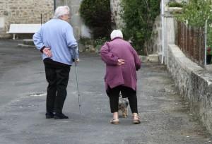 Viejitos caminando, pareja