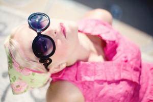 Mujer viendo al cielo con anteojos de sol