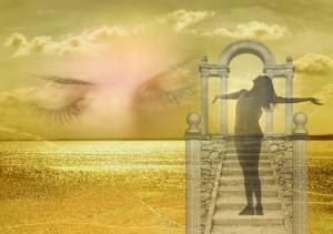 Mujer soñando que es feliz con brazos abiertos