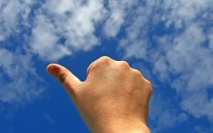 Dedo gordo apuntando hacia el cielo OK