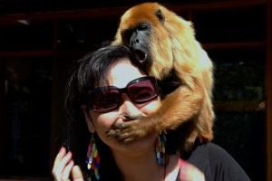 mujer con un mono tapándole la boca