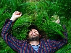 Hombre acostado sobre la hierba feliz