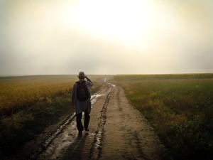 Hombre con mochila y sombrero caminando